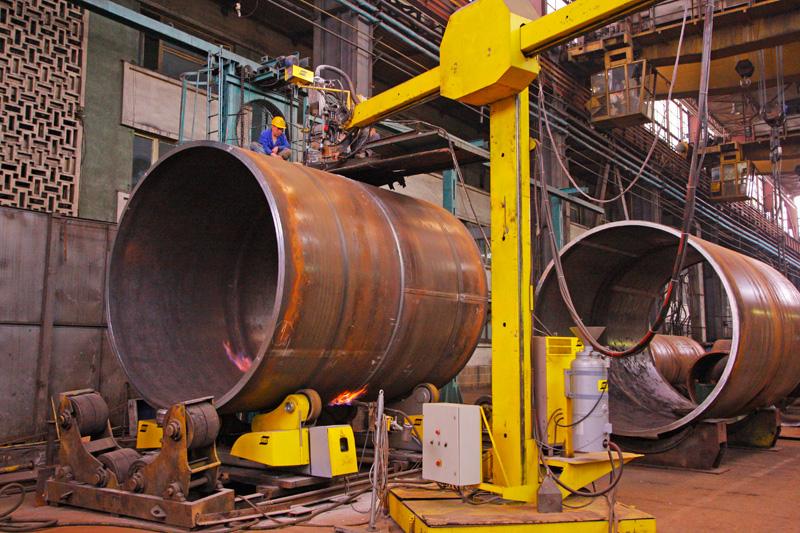 Продвинутая промышленная сварочная колонна на производстве